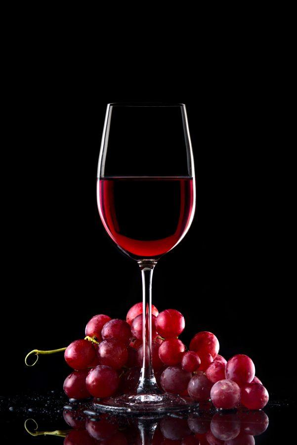Food съемка - бокал вина и виноградная гроздь