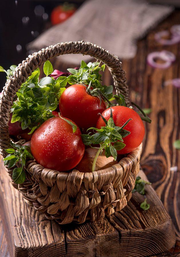 фото помидоры и зелень в корзинке